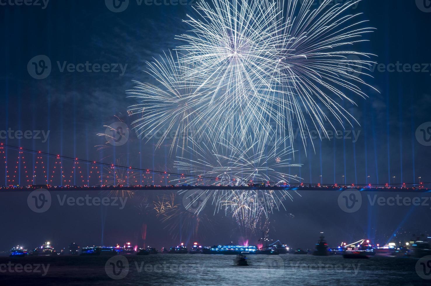 firande med fyrverkerier. Istanbul, Turkiet foto