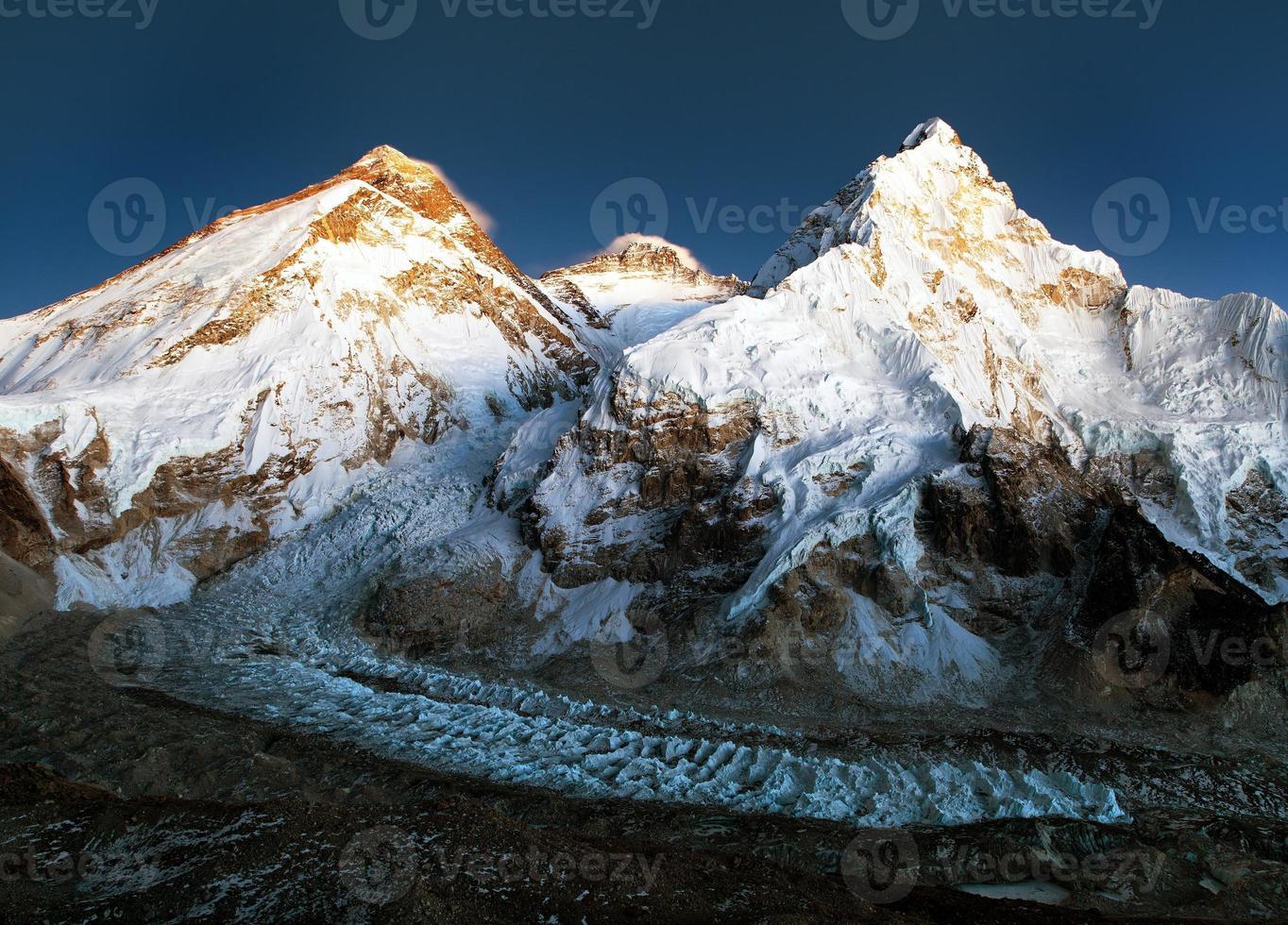 nattlig utsikt över Mount Everest, lhotse och Nuptse foto