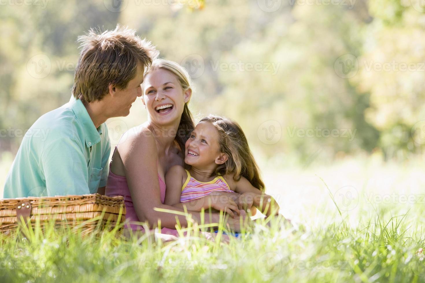 familjen parkerar med picknick foto