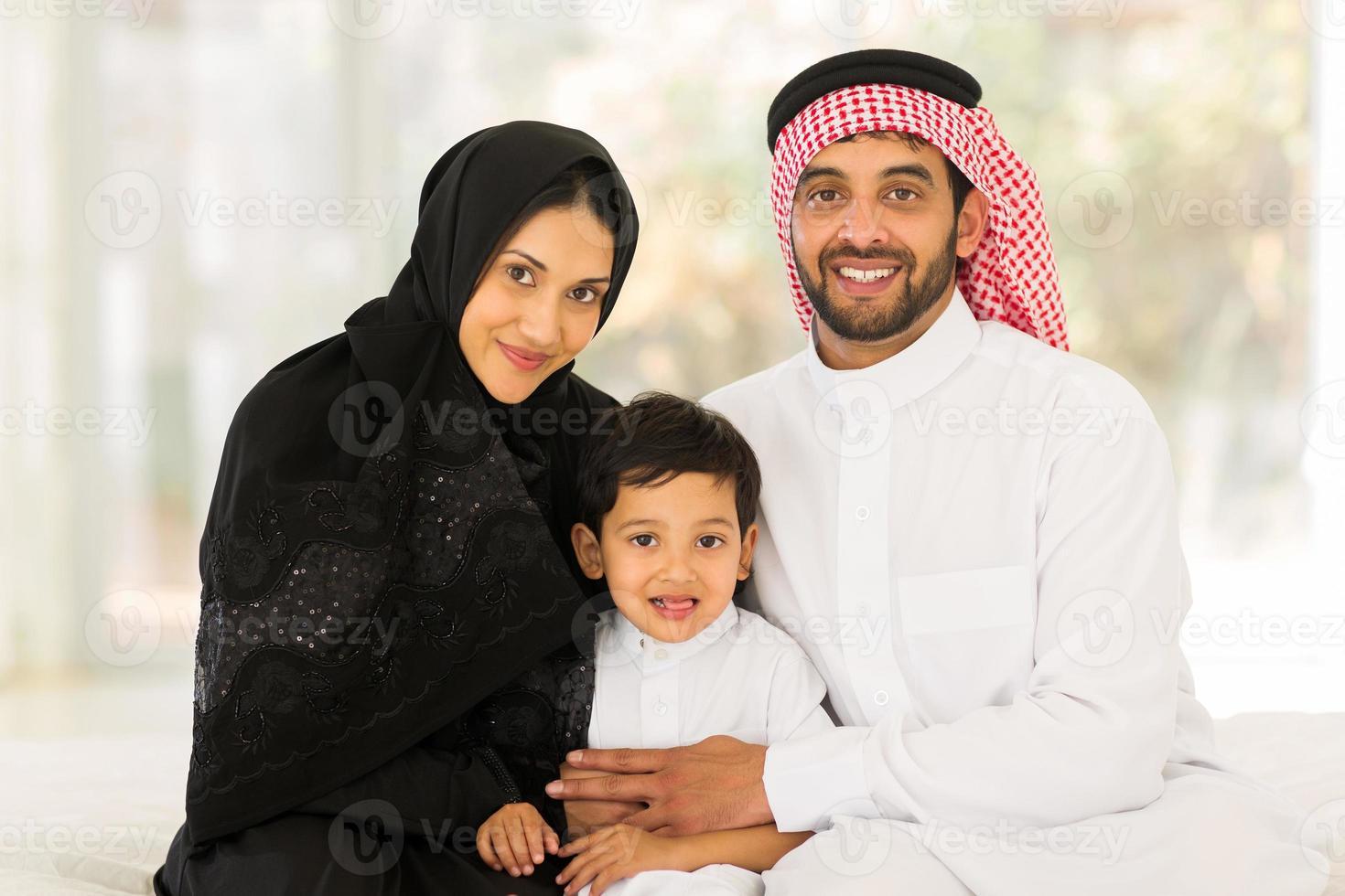 muslimsk familj som sitter hemma foto
