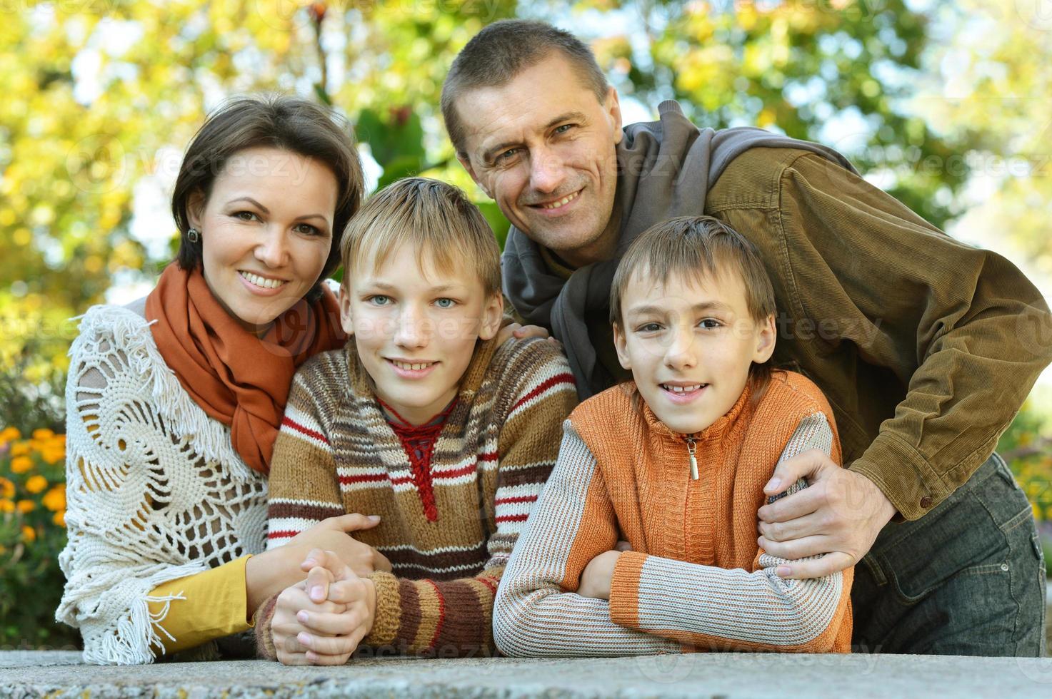 porträtt av familjen kopplar av i foto