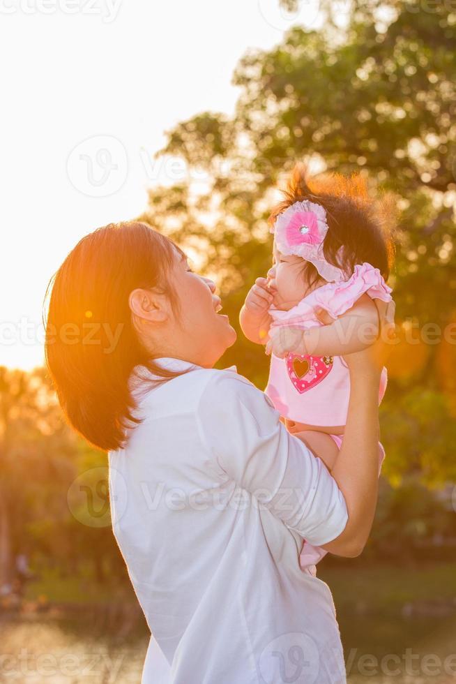 mamma och hennes barn foto