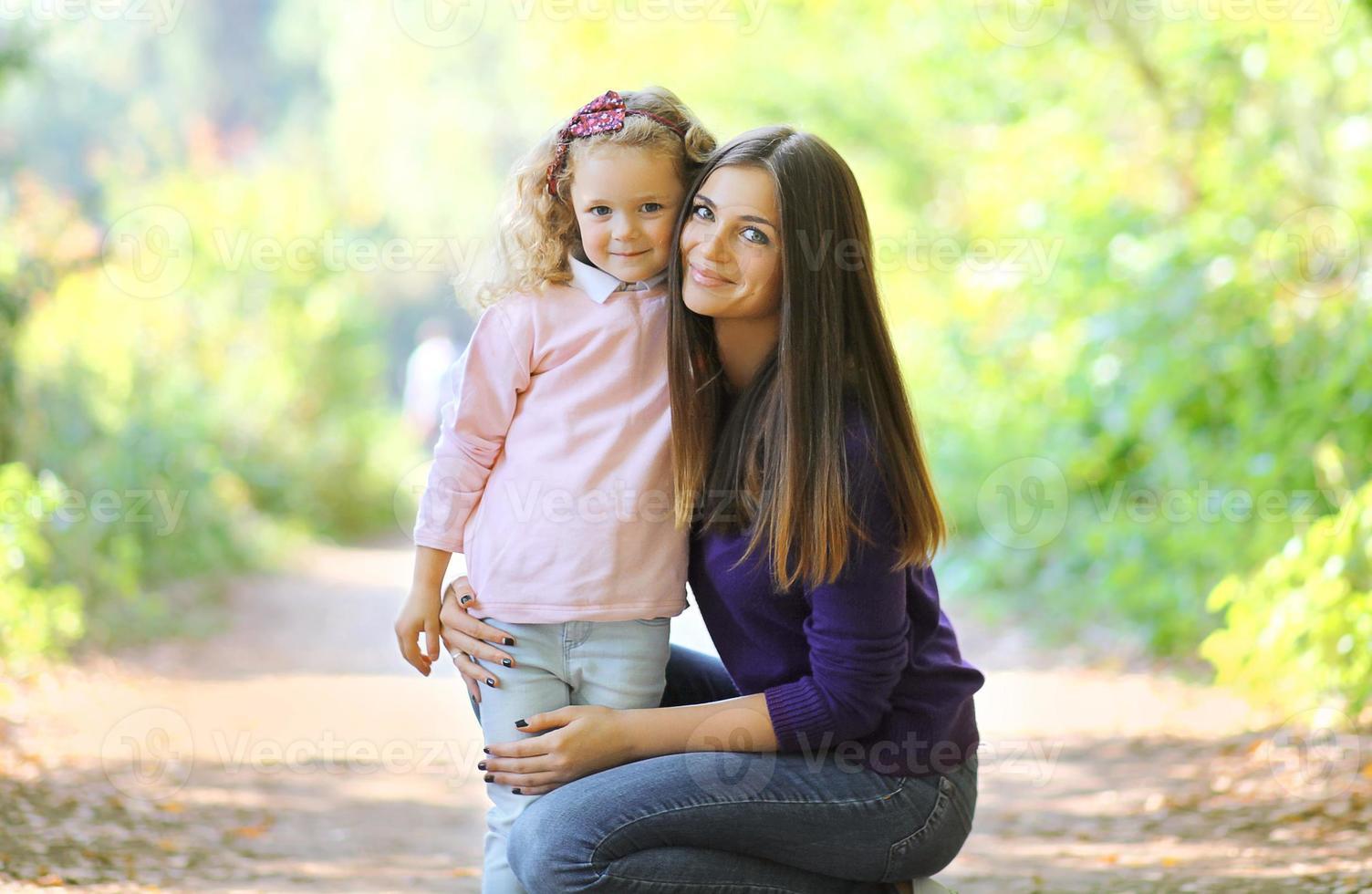 härlig mamma och barn i solig dag foto