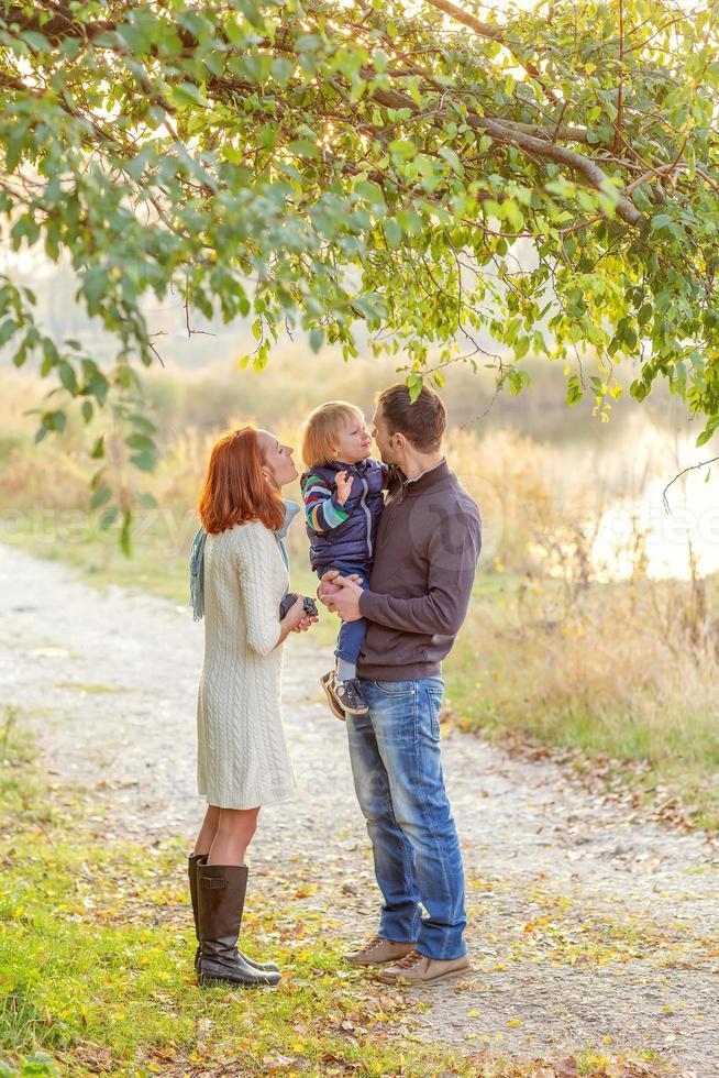 unga attraktiva föräldrar och barnporträtt foto