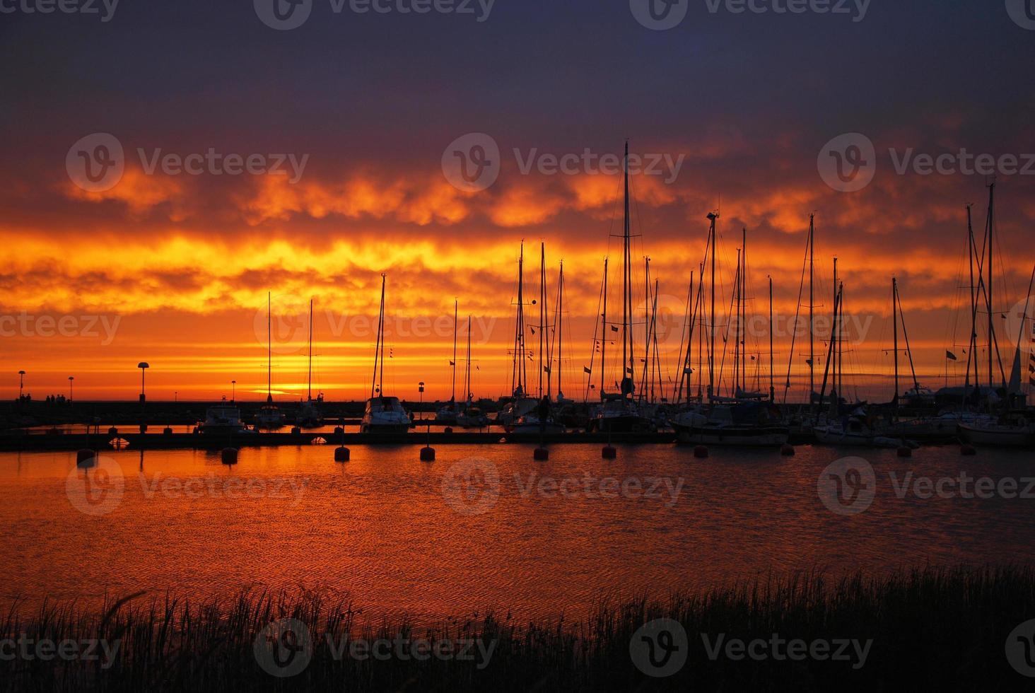 hamn i solnedgången foto