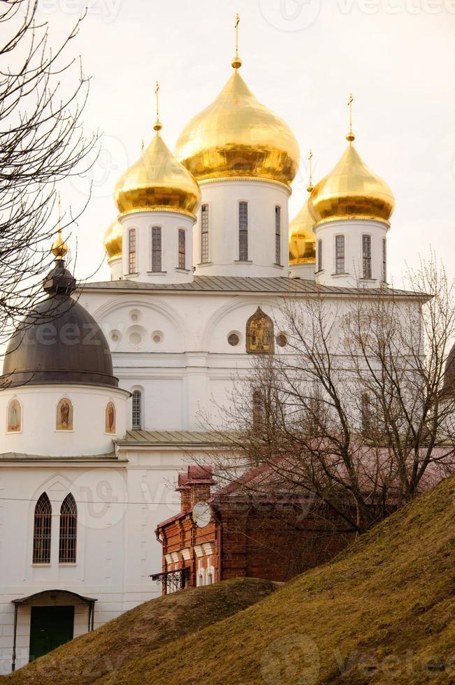 uspensky katedral (sobor) med gyllene kupoler, dmitrov, moskva re foto