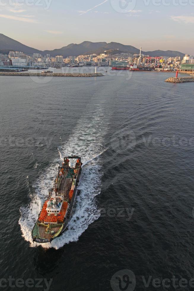 stor fisketrålare som lämnar hamnen foto