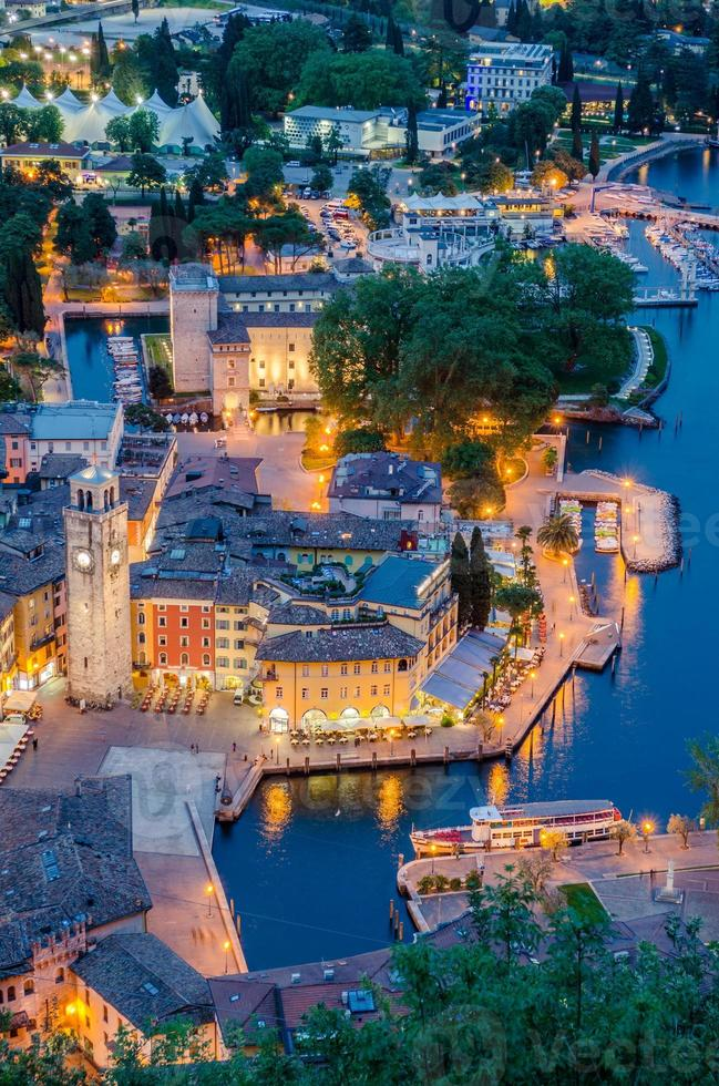 Gardasjön, staden Riva del Garda, Italien (blå timme) foto