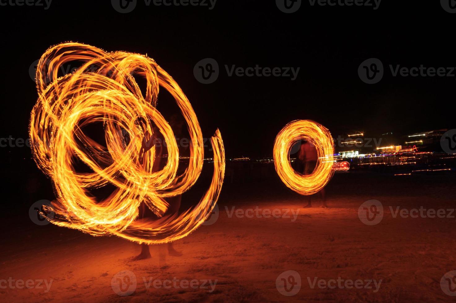 starka män som jonglerar eld i Thailand foto