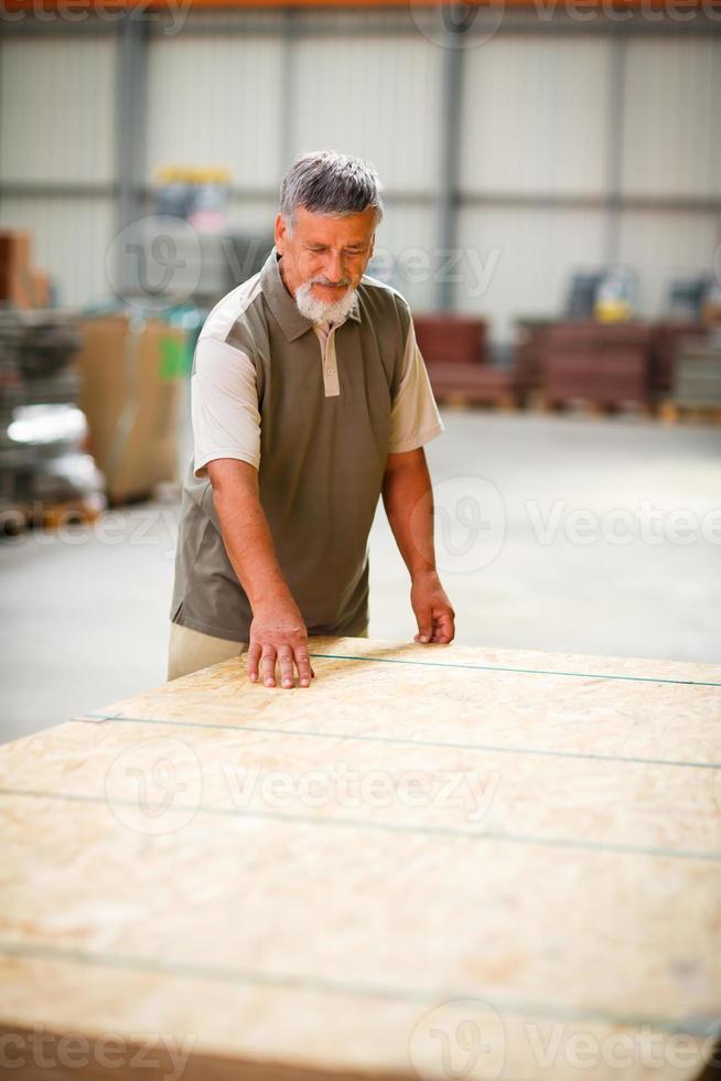 äldre man köper byggvirke i en diy-butik foto