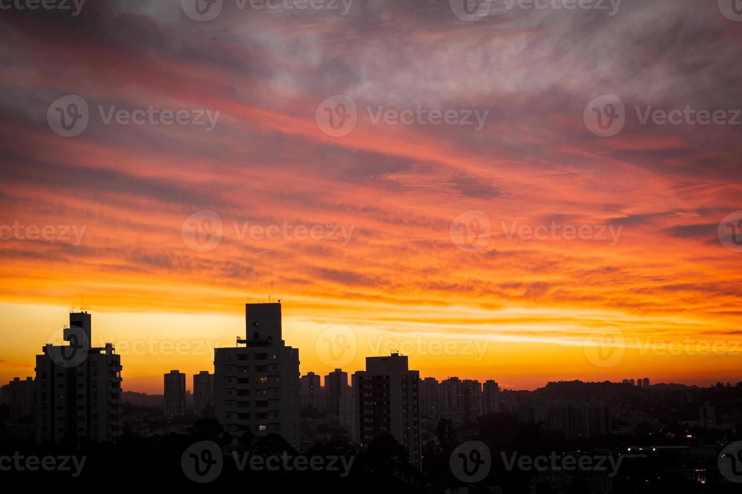 solnedgång ovanför staden foto