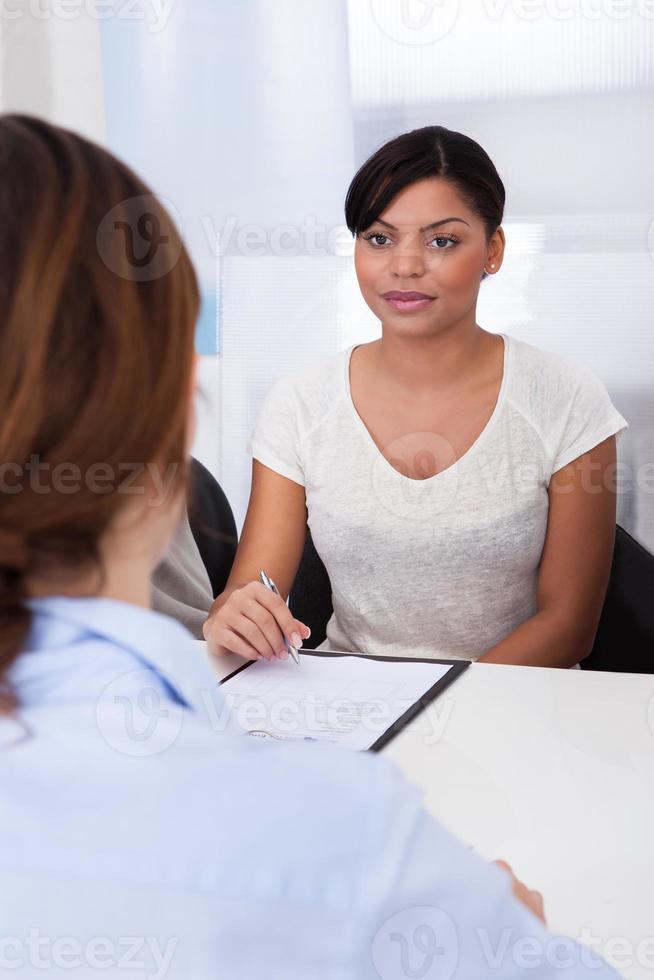 affärskvinna som intervjuar kvinnlig sökande foto