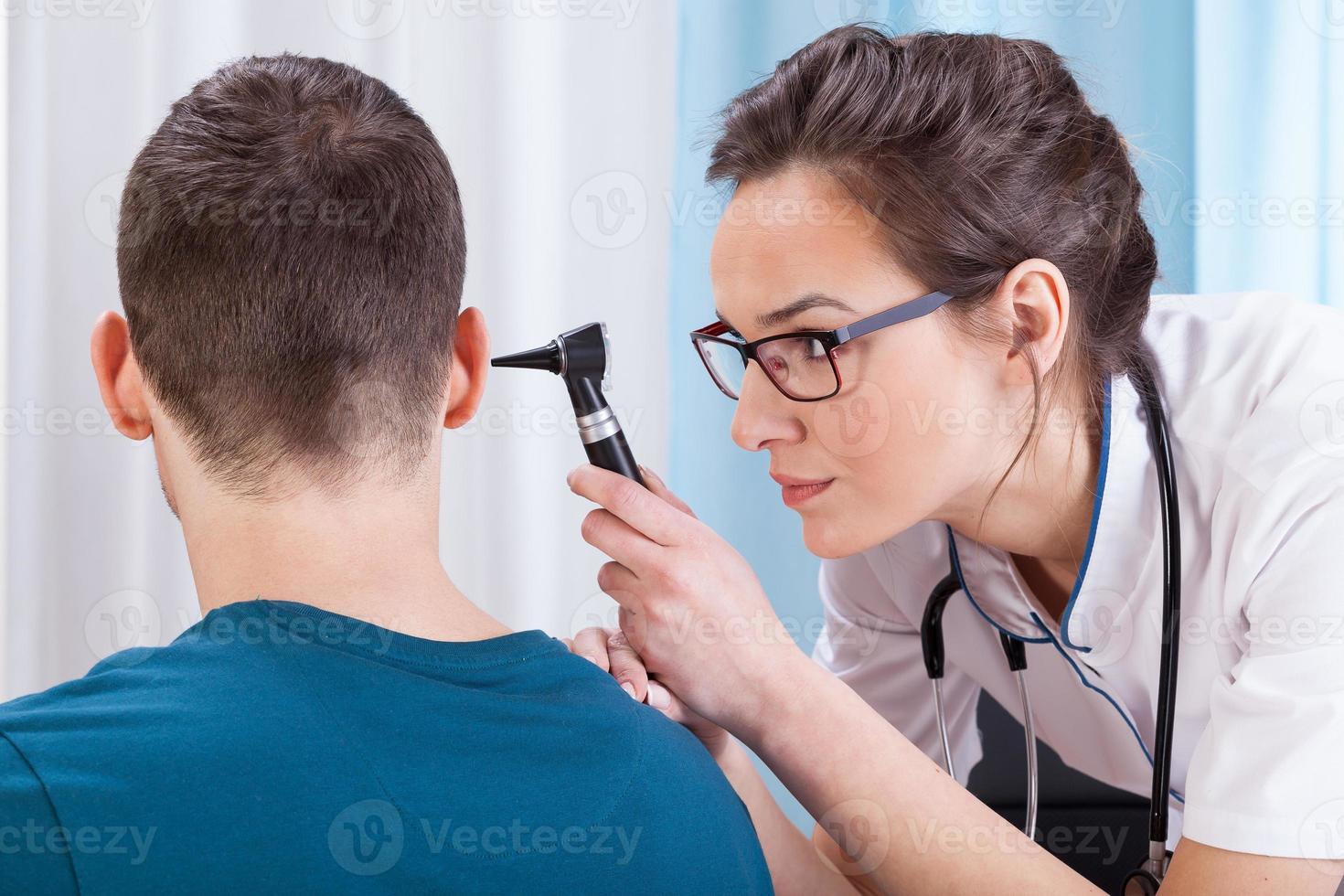kvinnlig läkare som undersöker patienten foto
