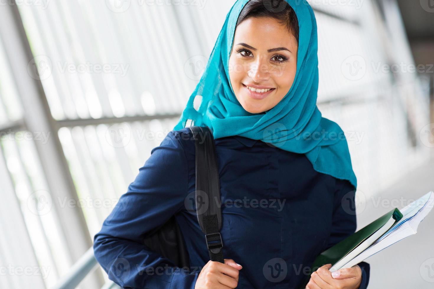 kvinnlig muslimsk högskolestudent foto
