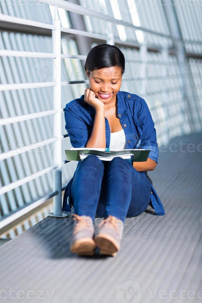 kvinnlig afrikansk universitetsstudent som studerar foto