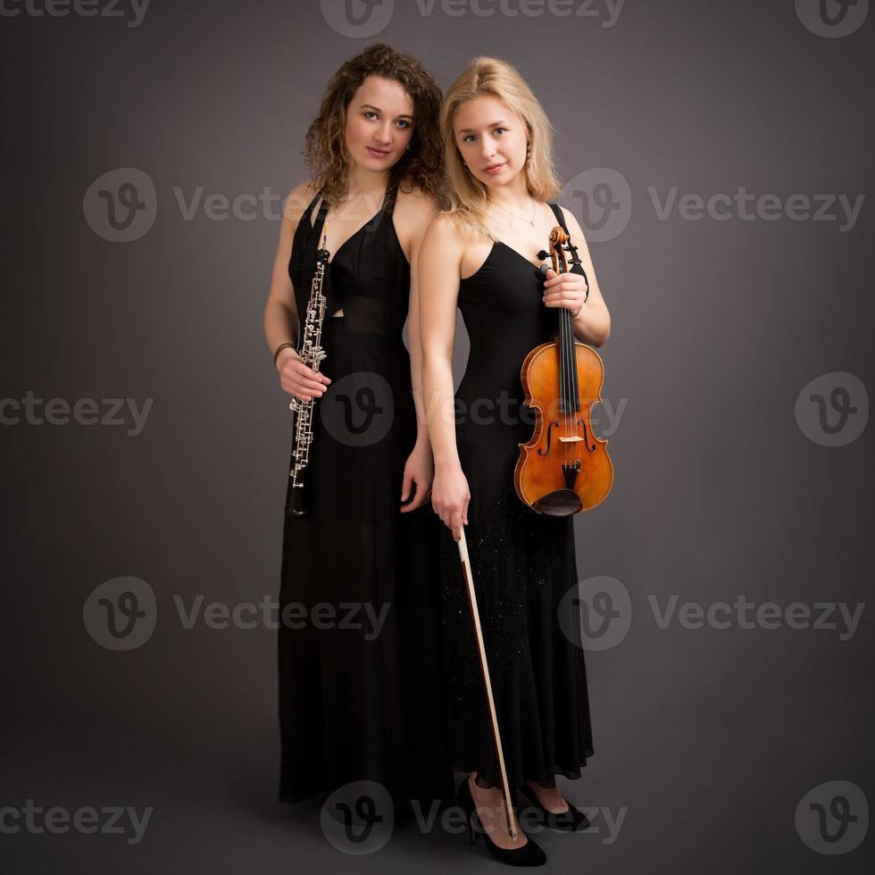 vacker ung kvinnlig klassisk musikduo foto