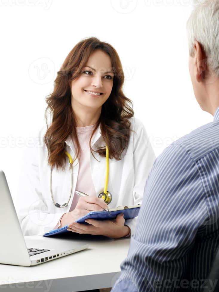 kvinnlig läkare pratar med gammal patient foto