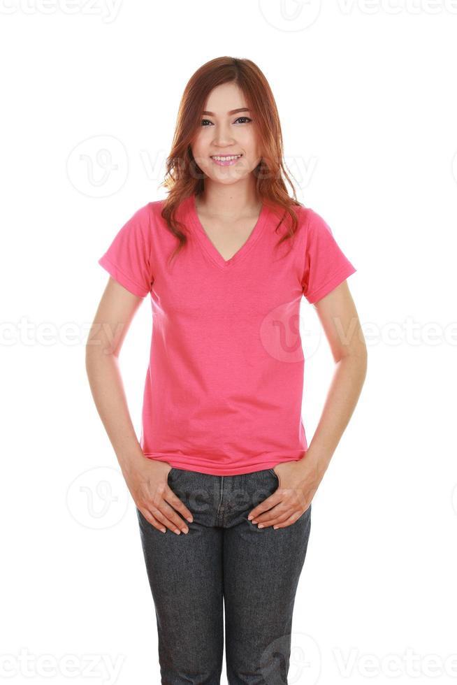 ung vacker kvinna med blank t-shirt foto