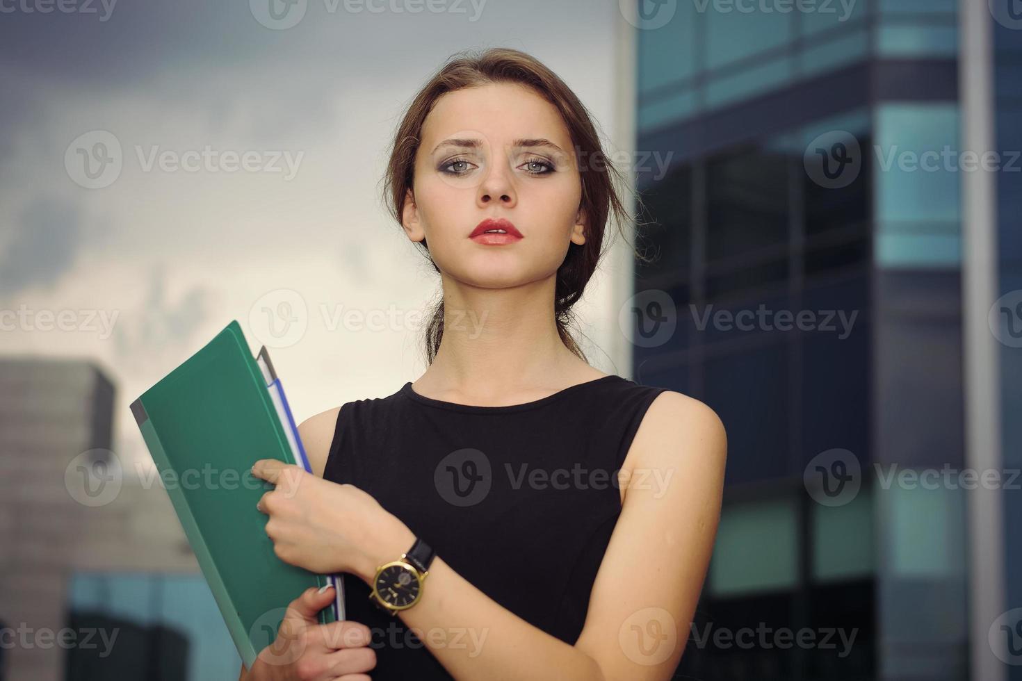 affärskvinnan går på stadens affärsdistrikt foto