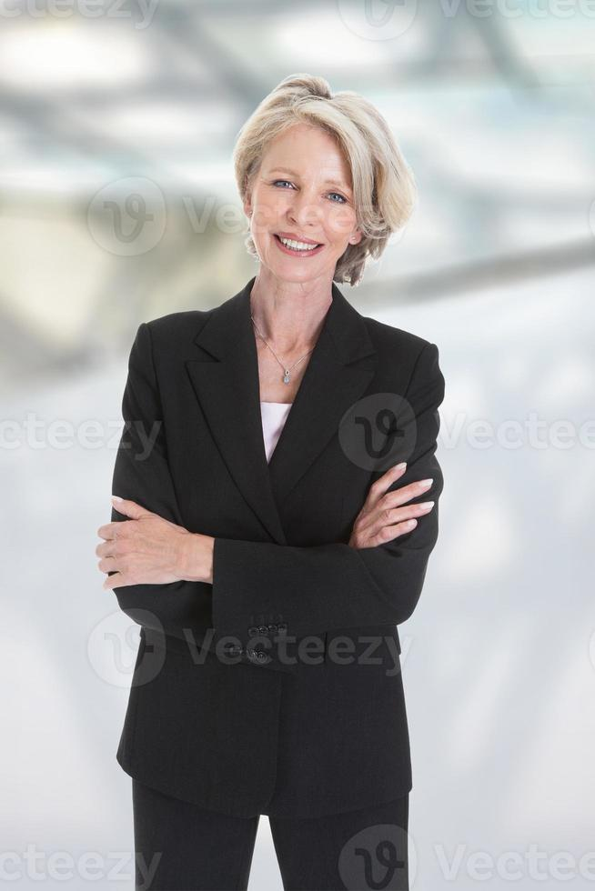 porträtt av upphetsad affärskvinna foto