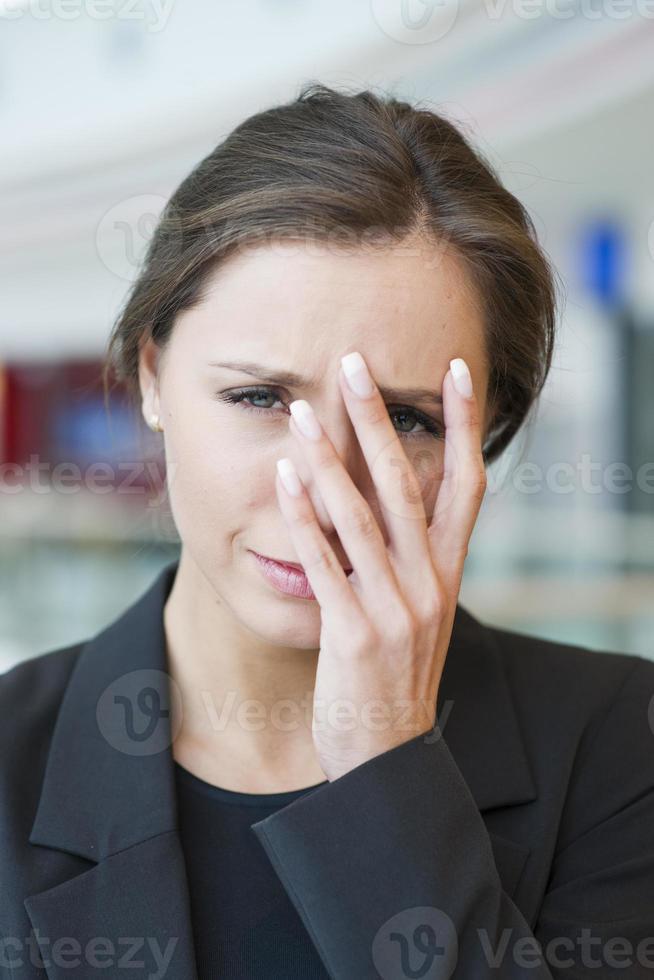 stressad affärskvinna tittar på kameran foto