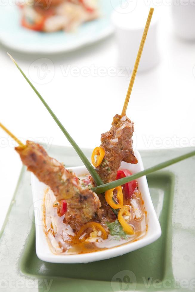 kyckling satay med jordnötsås foto