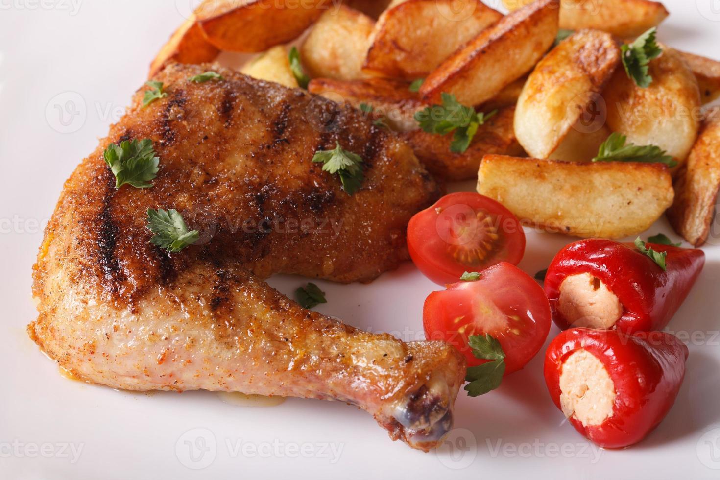 grillade kycklinglår, stekt potatis och grönsaker närbild. foto