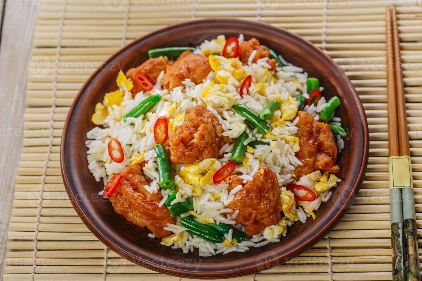 stekt ris med ägg och kyckling foto