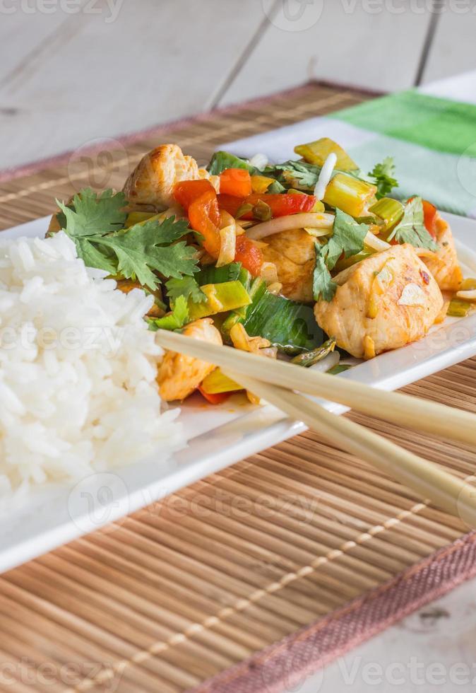 asiatisk maträtt med kyckling, grönsaker och koriander foto