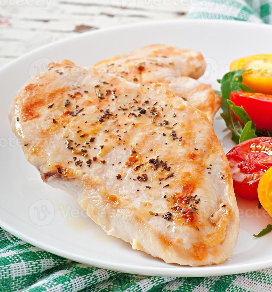 grillade kycklingbröst och grönsaker foto
