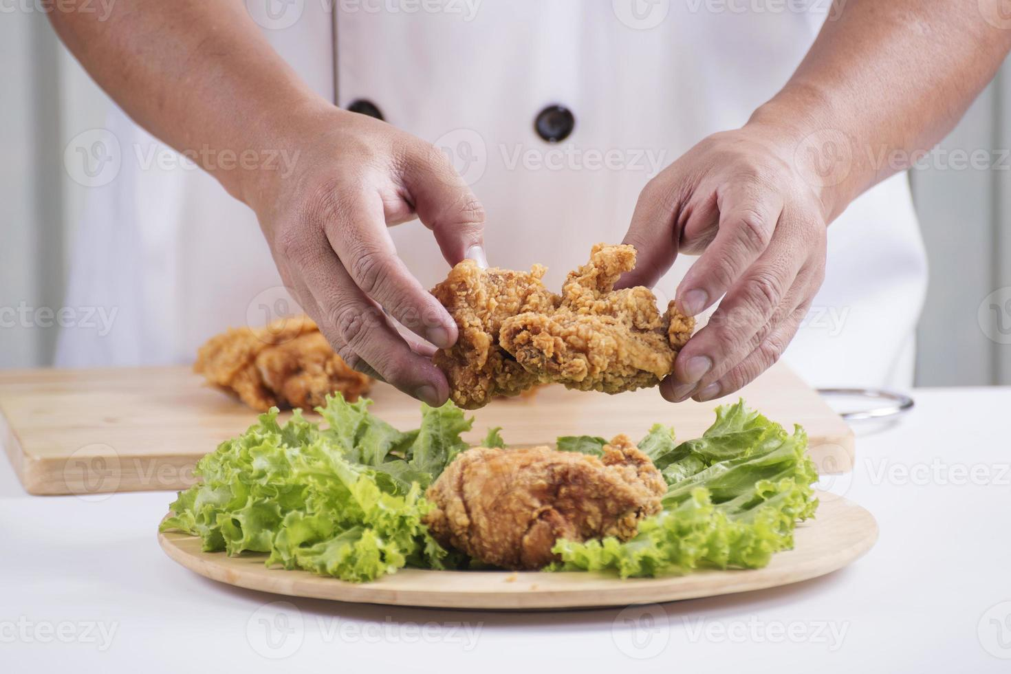 kock förbereder stekt kyckling foto