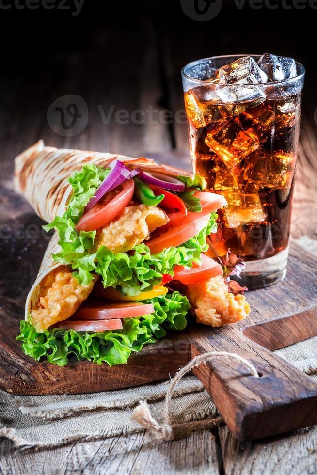 färsk tortilla med grönsaker och kyckling foto