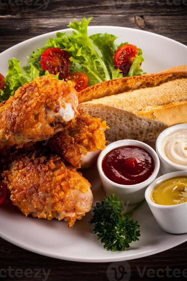 stekt kycklingklubbor och grönsaker foto