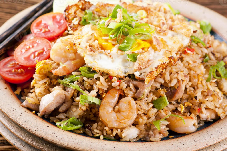 nasi goreng med stekt ägg, kyckling och räka foto