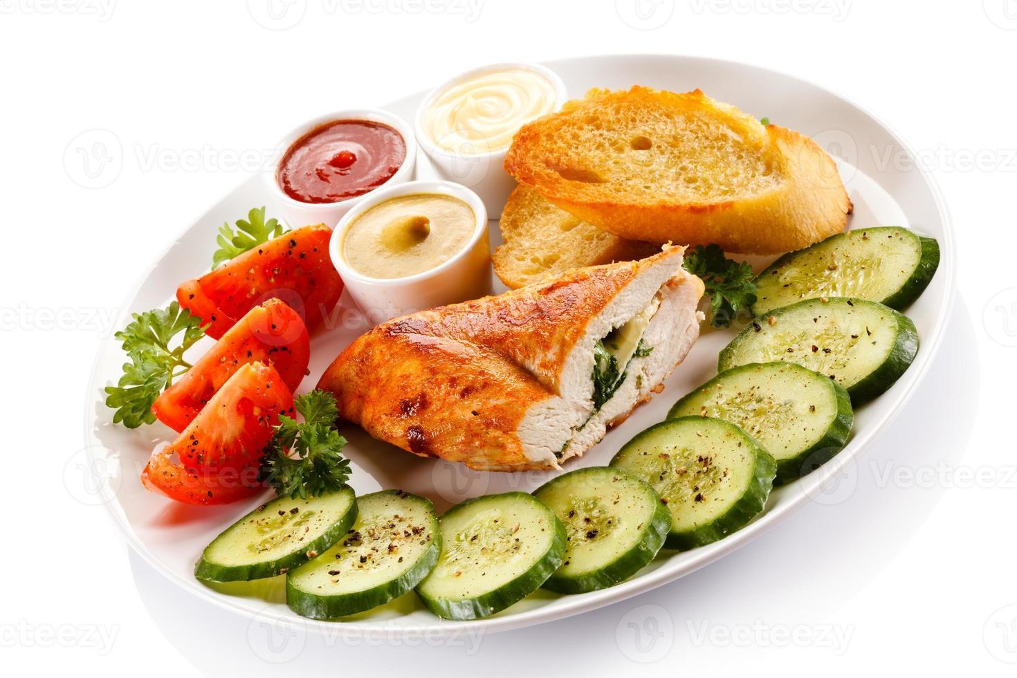 fylld kycklingfilé och grönsaker foto