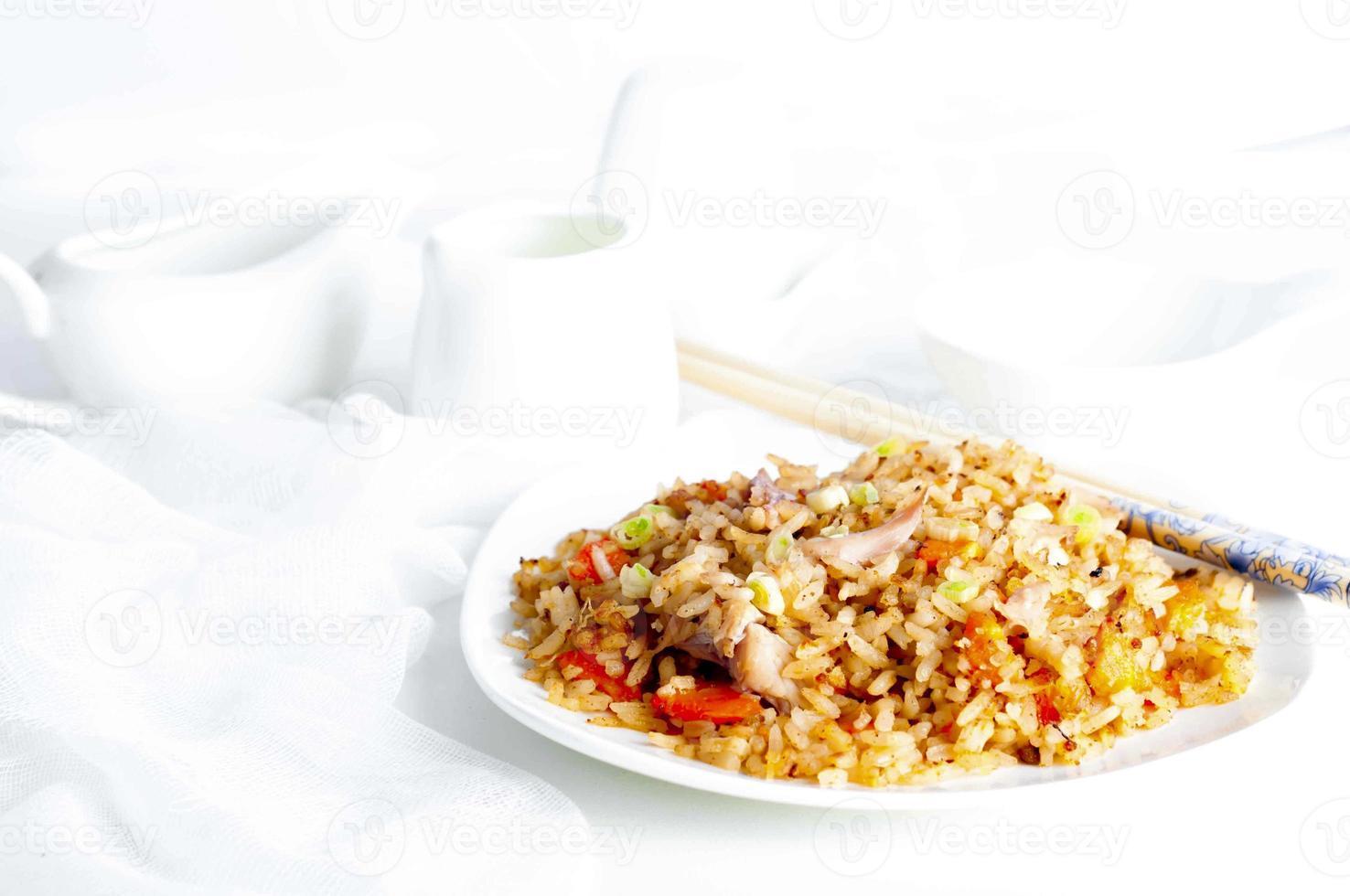 tallrik med kyckling stekt ris foto