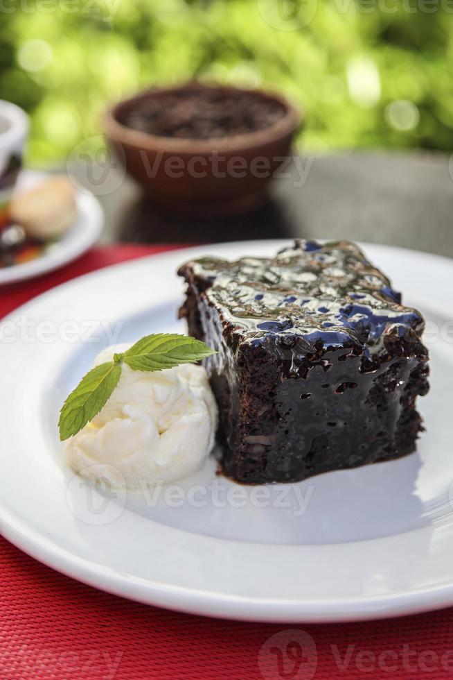 brownie med vaniljgrädde foto