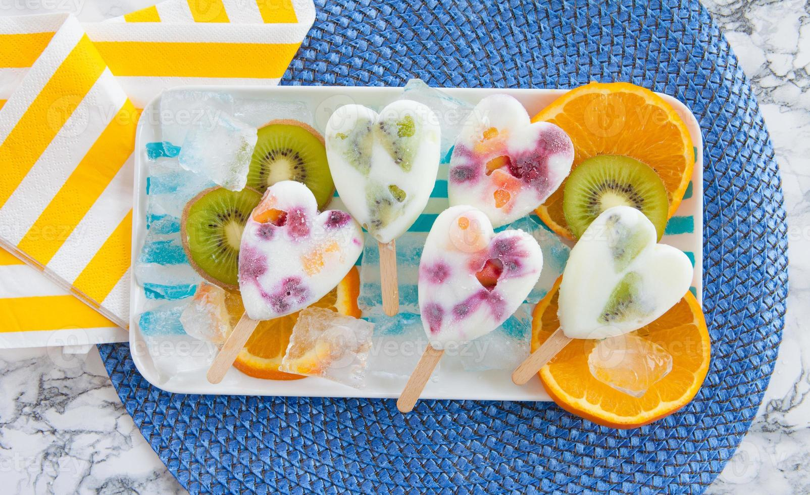 hemlagade frysta popsicles foto