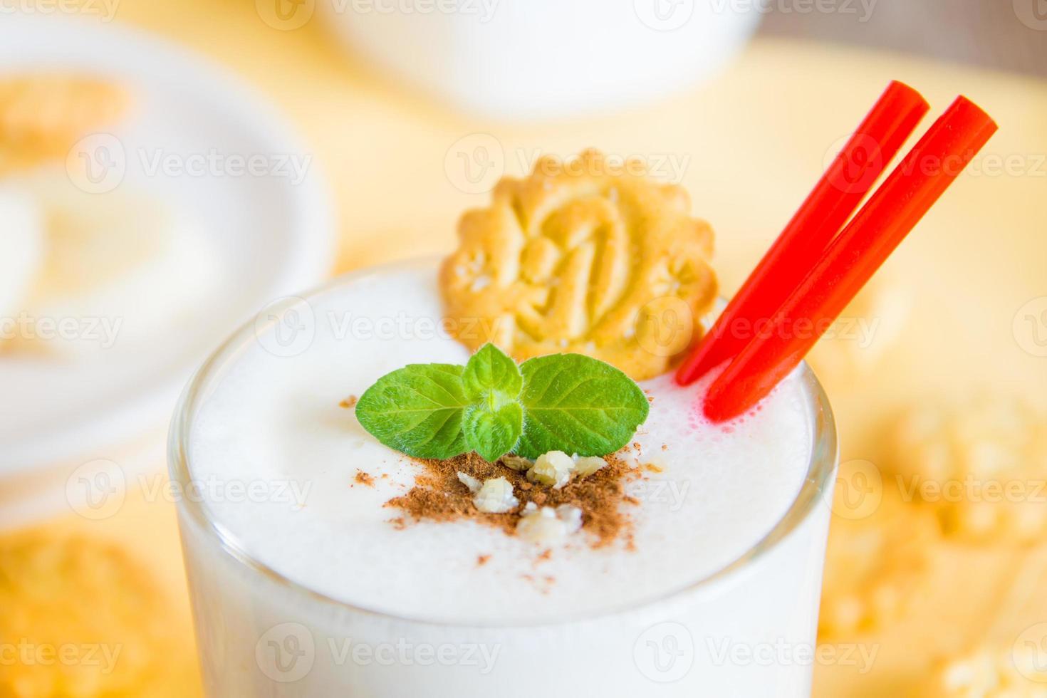 milkshake (banansmoothie) med mynta, nötter och kakor foto