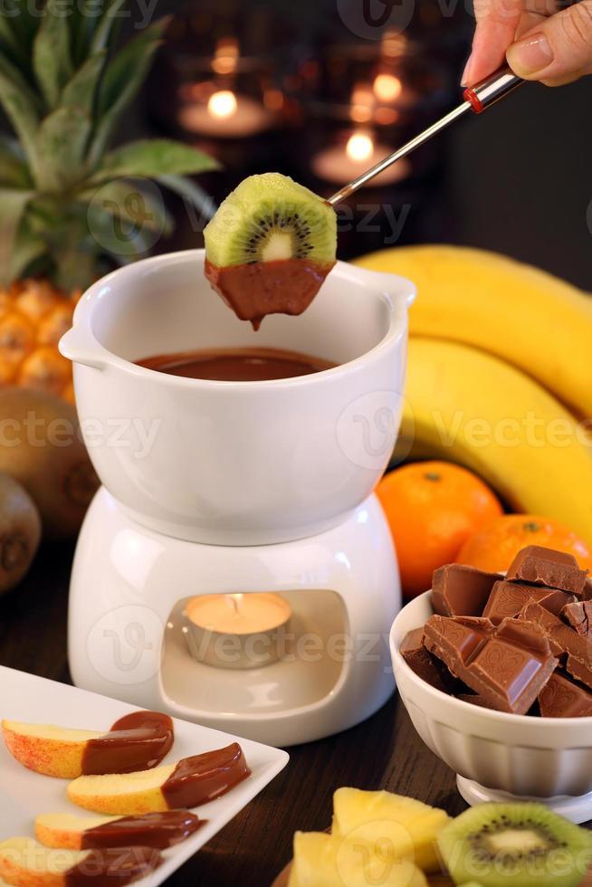 chokladfondue med frukt foto
