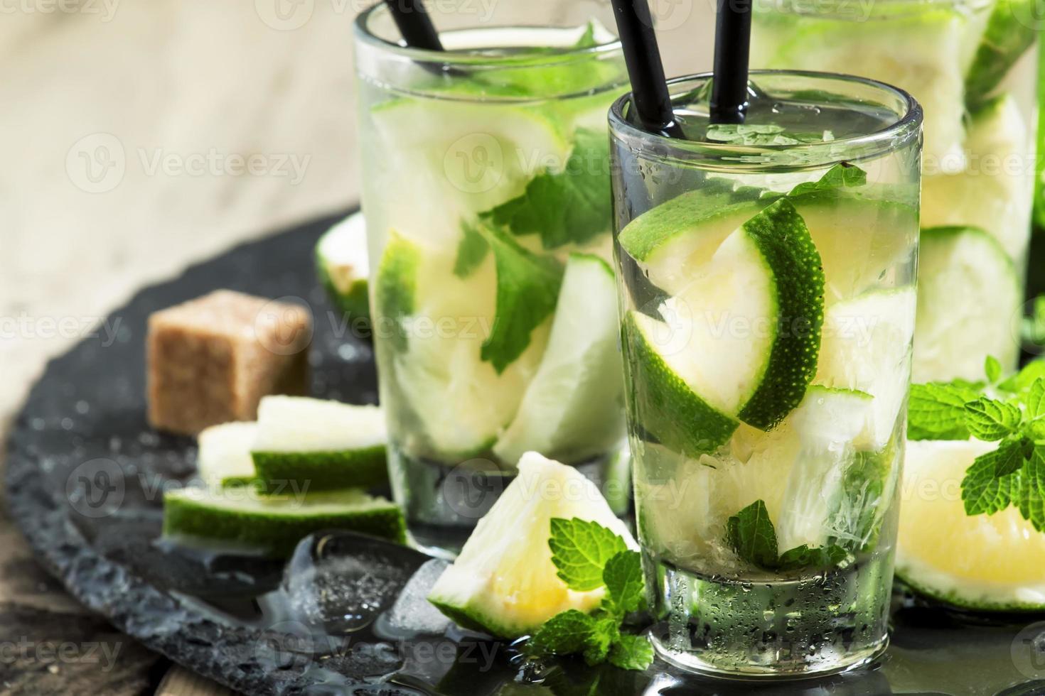 traditionell brasiliansk alkoholhaltig cocktail med lime foto