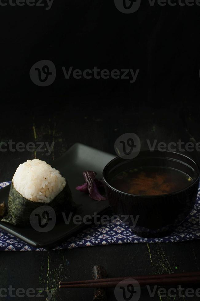risboll onigiri och misosoppa foto