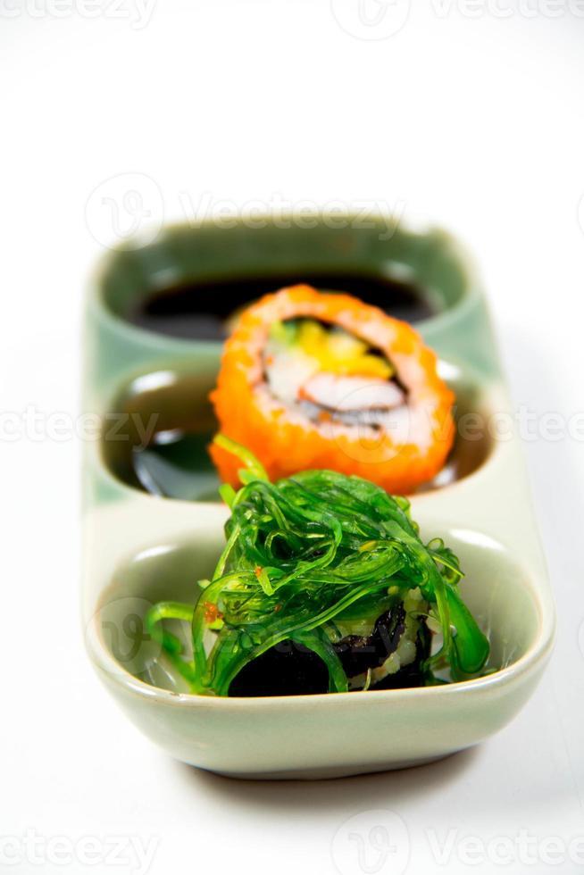 på nära håll den läckra japanska sushi foto