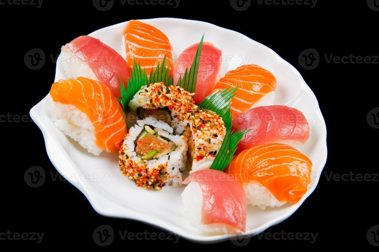 traditionell japansk mat med färsk sushi foto