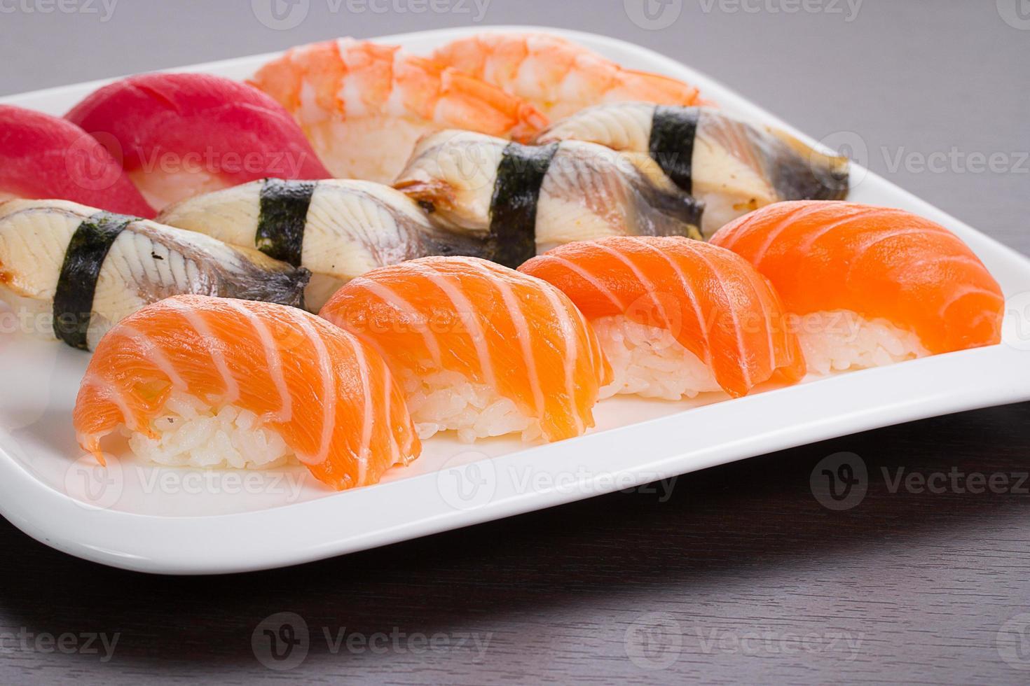 japansk kokkonst. uppsättning sushi nigiri på vit platta. foto