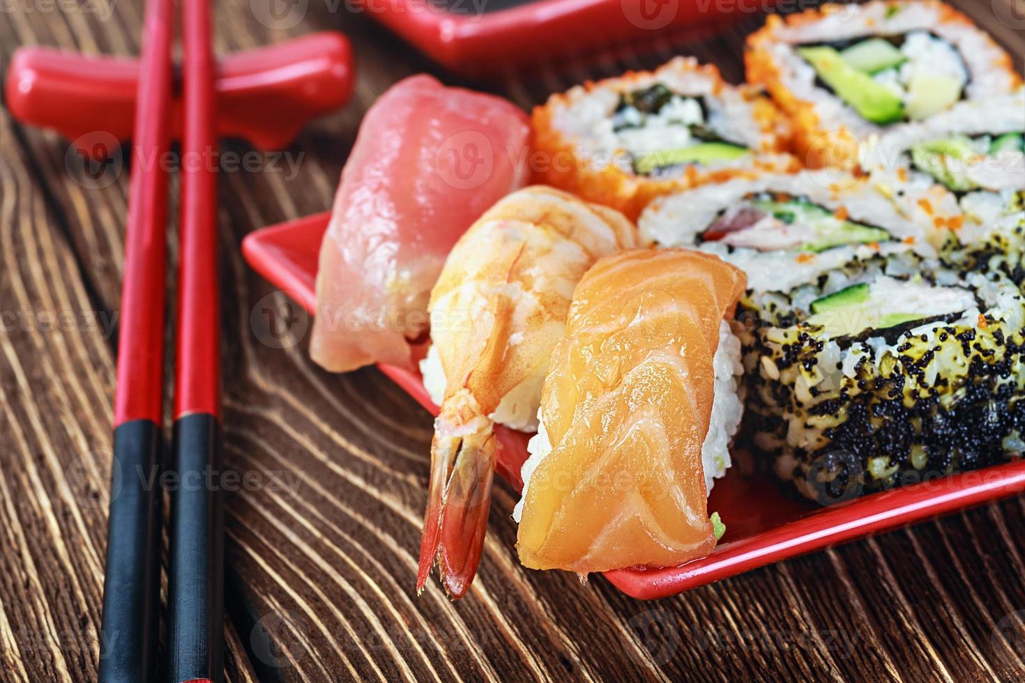 rullar och sushi foto