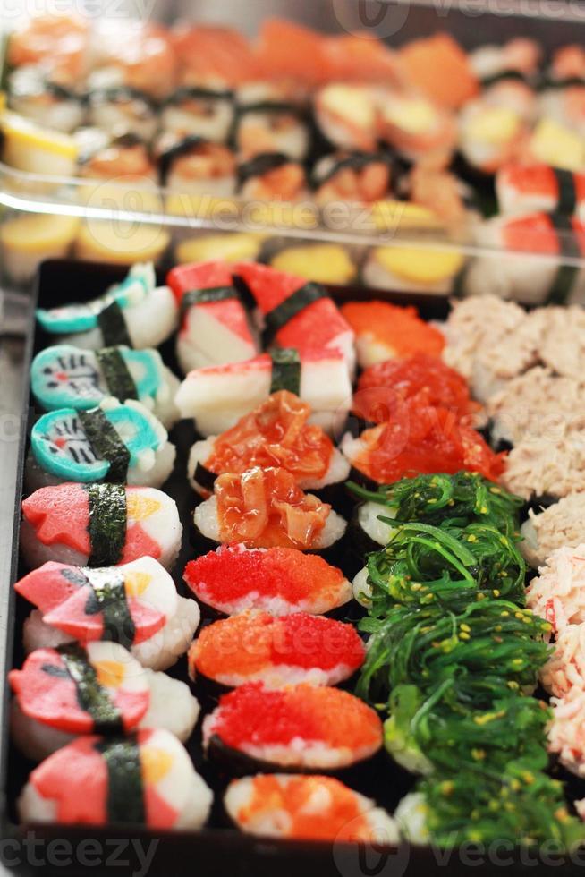japansk sushi - sushiägg, räka, krabbor, tång. foto