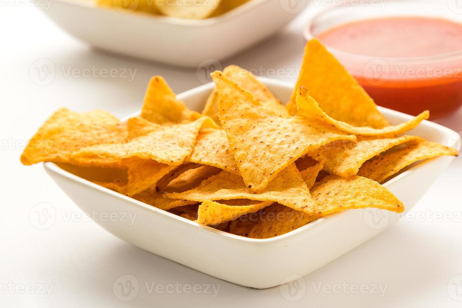 tortillachips i en vit skål foto