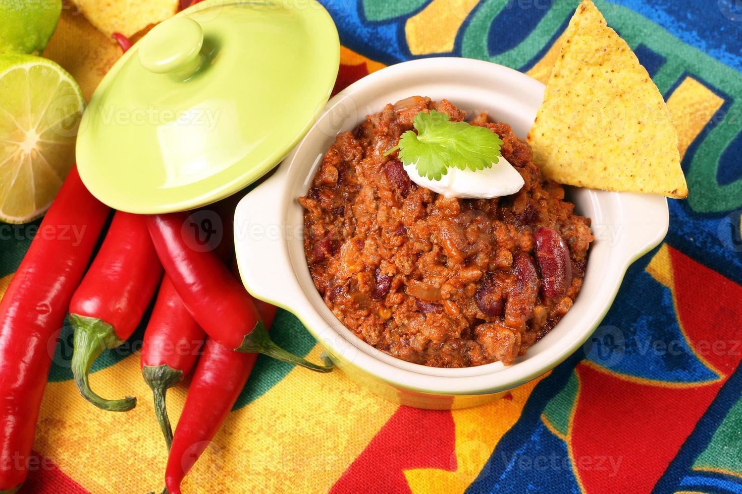 chili con carne och nachos foto