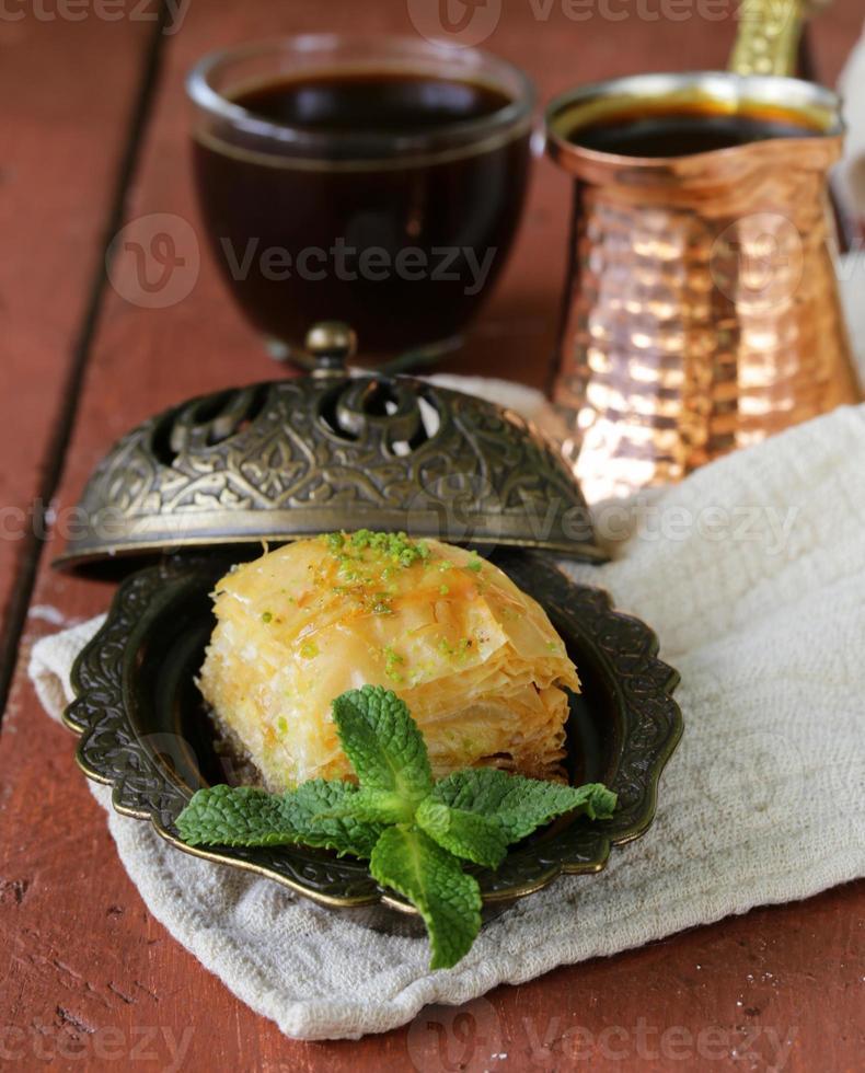 turkisk arabisk efterrätt baklava med honung och nötter foto